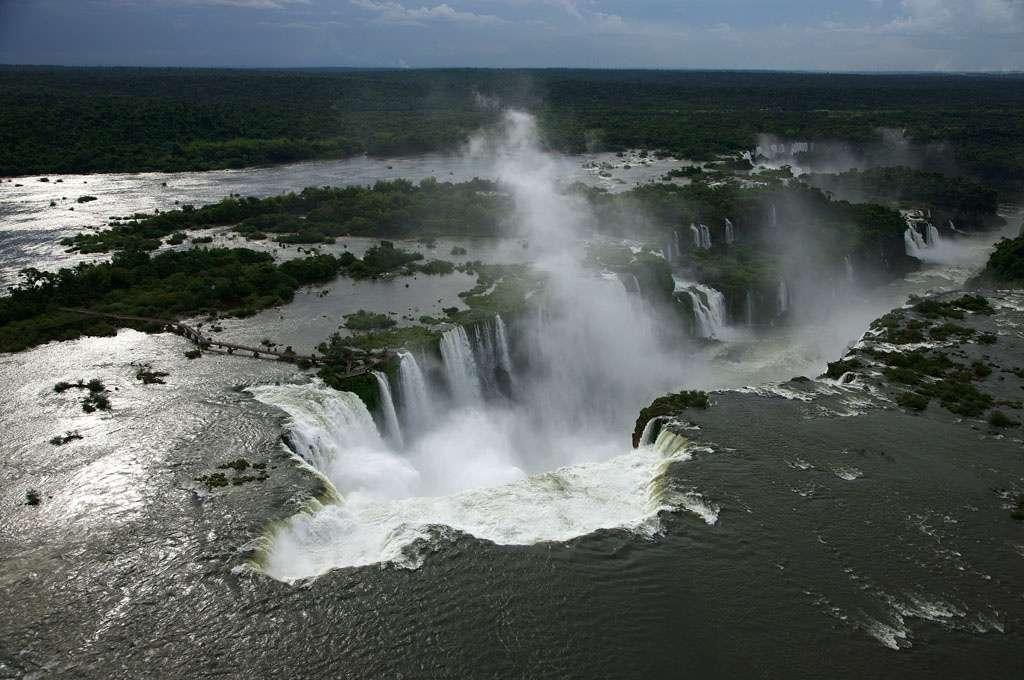 Aux confins de l'Argentine et du Brésil, les chutes d'Iguazú, hautes de 70 m, dessinent un demi-cercle de 2.700 m de long admiré par 1,5 million de touristes chaque année. © Yann Arthus-Bertrand
