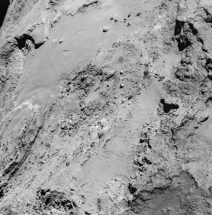 Rosetta était à 8,9 km de la surface de la comète 67P/Churyumov-Gerasimenko lorsque la Navcam a réalisé cette image, le 14 février 2015 à 14 h 15 TU. Un peu plus tôt, à 12 h 41 TU, la sonde spatiale était au plus près (6 km) du noyau cométaire. Le Soleil était ce jour-là dans son dos, lui offrant ainsi un excellent éclairage des régions survolées. L'image nous fait redécouvrir la région d'Imhotep, dans un cadre de 1,35 x 1,37 km (la résolution est de 0,76 m/pixel). Parmi les rochers en haut à gauche, le plus gros, nommé Cheops, mesure environ 45 m. La variété de ces paysages couleur de cendre est fascinante. Vous pouvez télécharger l'image en haute résolution ici. © Esa,Rosetta, NavCam – CC BY-SA IGO 3.0