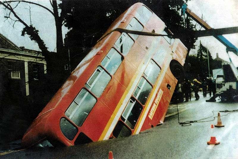 Ce bus impérial a été victime d'un phénomène local de subsidence le 3 mars 1988 à Norswick (Royaume-Uni) lorsqu'une des galeries d'une mine datant de XXIe siècle s'est effondrée. © mira66, Wikimedia common, CC by 2.0
