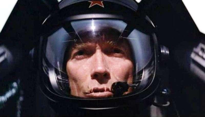 Dans le film réalisé et interprété par lui-même, Firefox, l'arme absolue, Clint Eastwood joue le rôle du pilote Mitchell Gant, dérobant à l'armée de l'Union soviétique de l'époque un prototype d'avion révolutionnaire doté d'un dispositif de commande par la pensée. © Warner Bros
