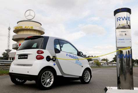Après avoir été supplantées par le moteur à explosion au début du XXème siècle, les voitures électriques sont de retour grâce aux progrès réalisés dans les batteries. Silencieuses, indépendantes du pétrole et propres en ville, elles souffrent encore de l'impact du recyclage des batteries des énergies employées pour produire l'électricité. © Mercedes-Benz