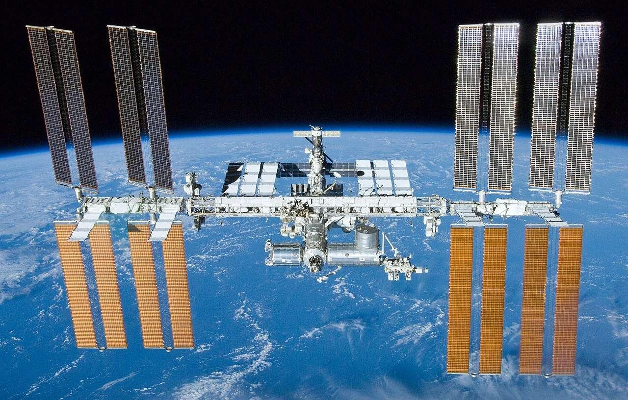 Des souches de bactéries multirésistantes aux antibiotiques, pour l'instant non pathogènes, ont été découvertes à bord de l'ISS. Elles pourraient représenter un risque lors de futures missions dans l'espace. © Nasa