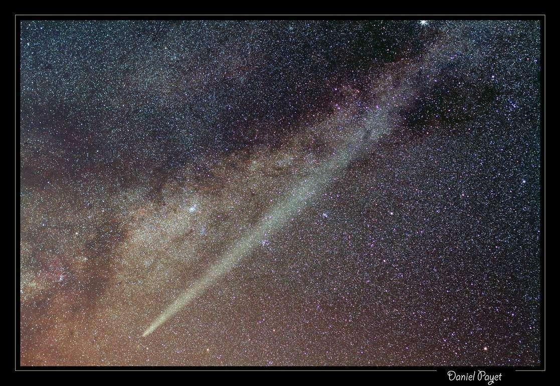 Fin d'année 2011 majestueuse pour la comète Lovejoy qui déploie sa queue de poussière sous le ciel étoilé de l'île de la Réunion. © D. Payet