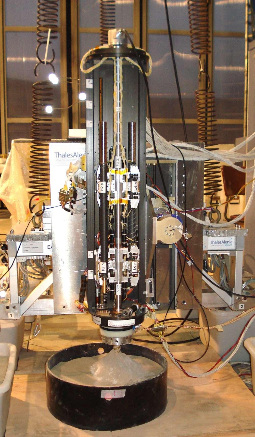 Gros plan sur le mécanisme du foret d'ExoMars 2018. Cette belle mécanique devra fonctionner avec des températures très basses, et percera des trous profonds jusqu'à deux mètres pour y récupérer des échantillons. © Thales Alenia Space