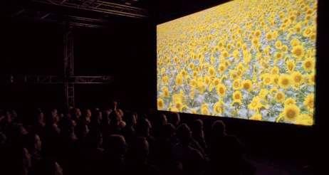 Les tournesols s'étalent sur un écran de 6,95 mètres de diagonale. Nous sommes à Amsterdam, l'image vient de Turin via un satellite de Eutelsat. © IBC 2008