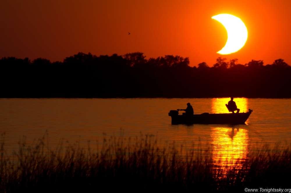Fin de journée étonnante dans le Minnesota pour clore en beauté la seule éclipse annulaire de Soleil de l'année 2012. © Tyler Burg