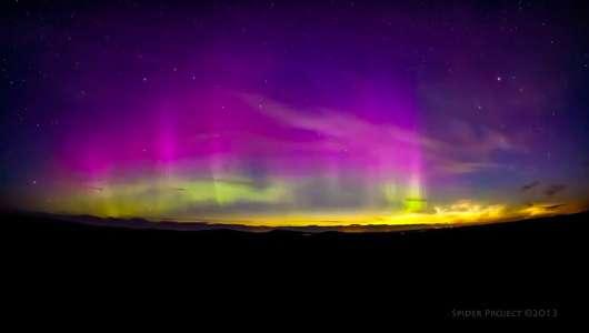 Si les aurores polaires sont observées depuis la nuit des temps, il semble que les nuages noctulescents soient apparus à la fin du XIXe siècle. © Capture d'écran, Maciej Winiarczyk, YouTube