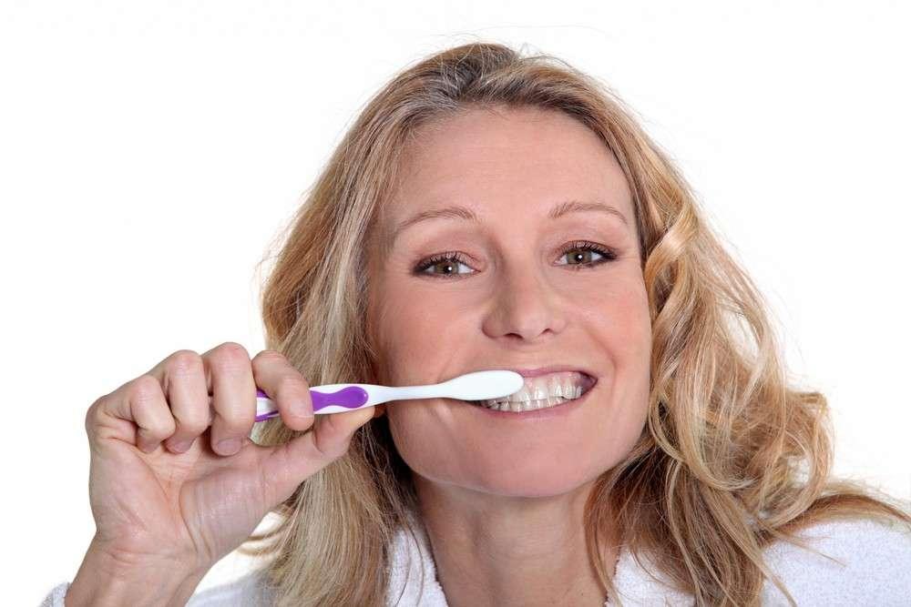 Le bicarbonate de soude peut être appliqué sur la brosse à dents et utilisé comme dentifrice, si son usage reste modéré. © Phovoir