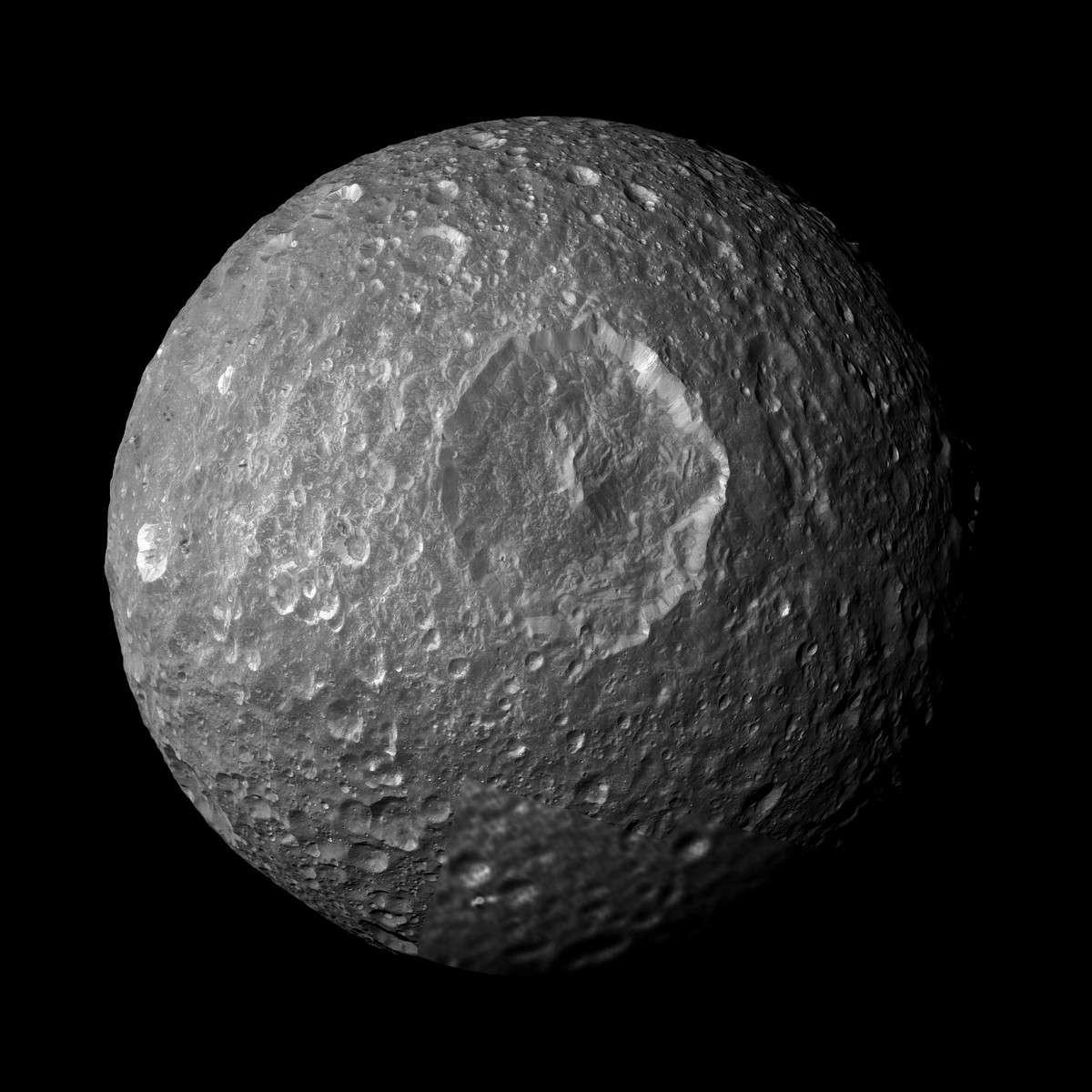 Mimas, satellite de Saturne et l'un des plus petits sphéroïdes connus, vu par la sonde Cassini. Crédit Nasa