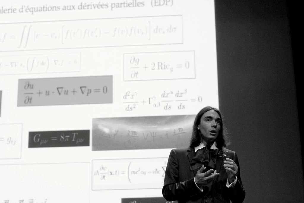 Cédric Villani, médaillé Fields 2010, manie les équations aux dérivées partielles lors d'une conférence. © V. Touchant-Landais/IHES