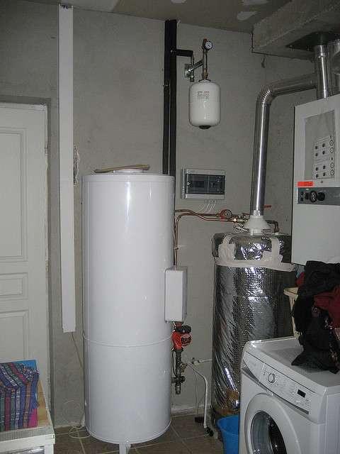 Le ballon d'eau chaude peut être de toutes les dimensions et s'installer dans un cellier sans encombrer les lieux. © David Trebosc, CC BY-ND 2.0, Flickr