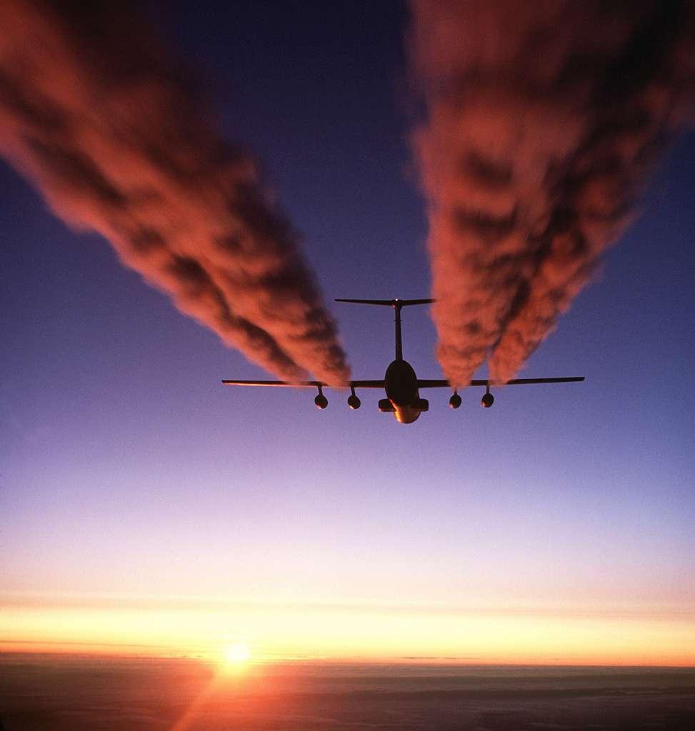 Les traînées de condensation se font plus remarquer que la pollution liée à la combustion du kérosène. Essentiellement liées à la condensation de la vapeur d'eau, elles agissent dans le sens d'un effet de serre. © Gralo, Wikipédia, DP