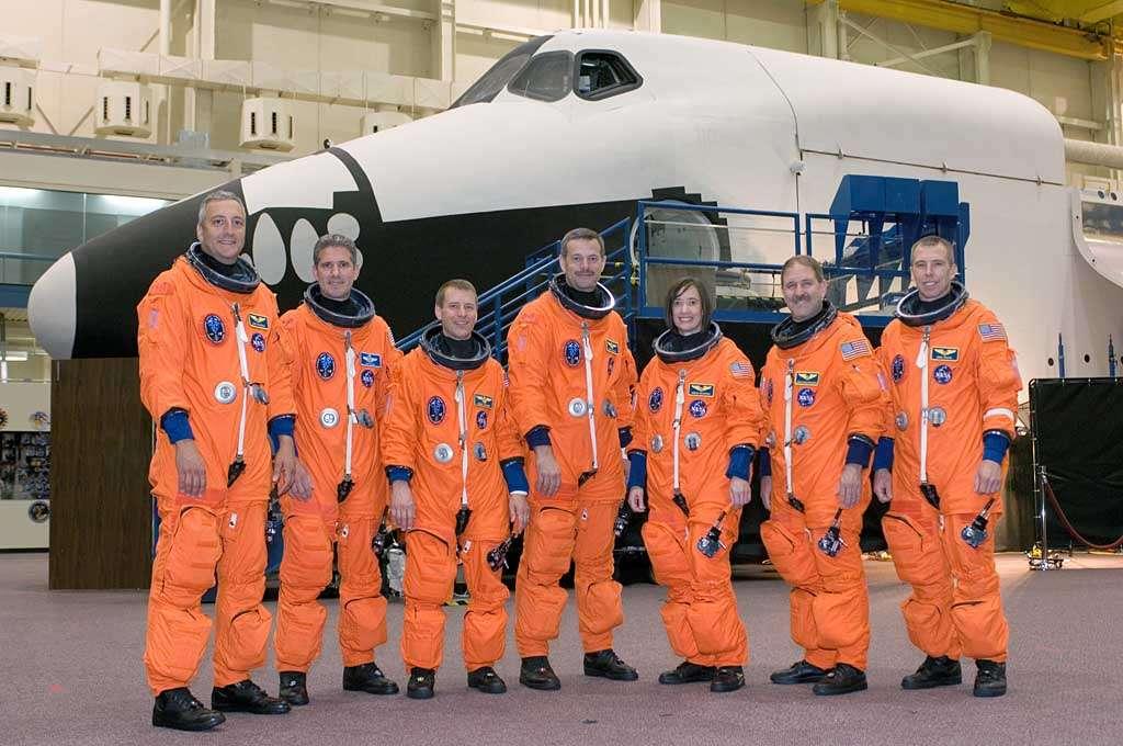 L'équipage de la mission STS-125. De gauche à droite : Michael J. Massimino, Michael T. Good, Gregory C. Johnson, Scott D. Altman, K. Megan McArthur, John M. Grunsfeld et Andrew J. Feustel. Crédit : Nasa