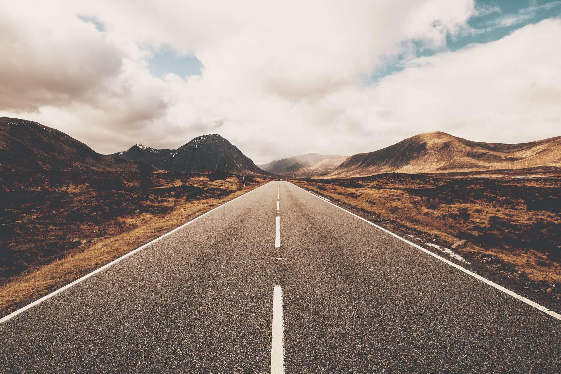 L'asphalte est un mélange de gravillons et d'un dérivé du pétrole, qui peut être utilisé en tant que revêtement routier. © Tom Eversley, Adobe Stock