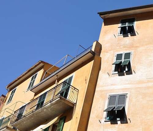 La fenêtre à l'italienne s'ouvre d'un seul tenant, celui-ci basculant vers l'extérieur. © maryatexitzero, CC BY-2.0, Flickr