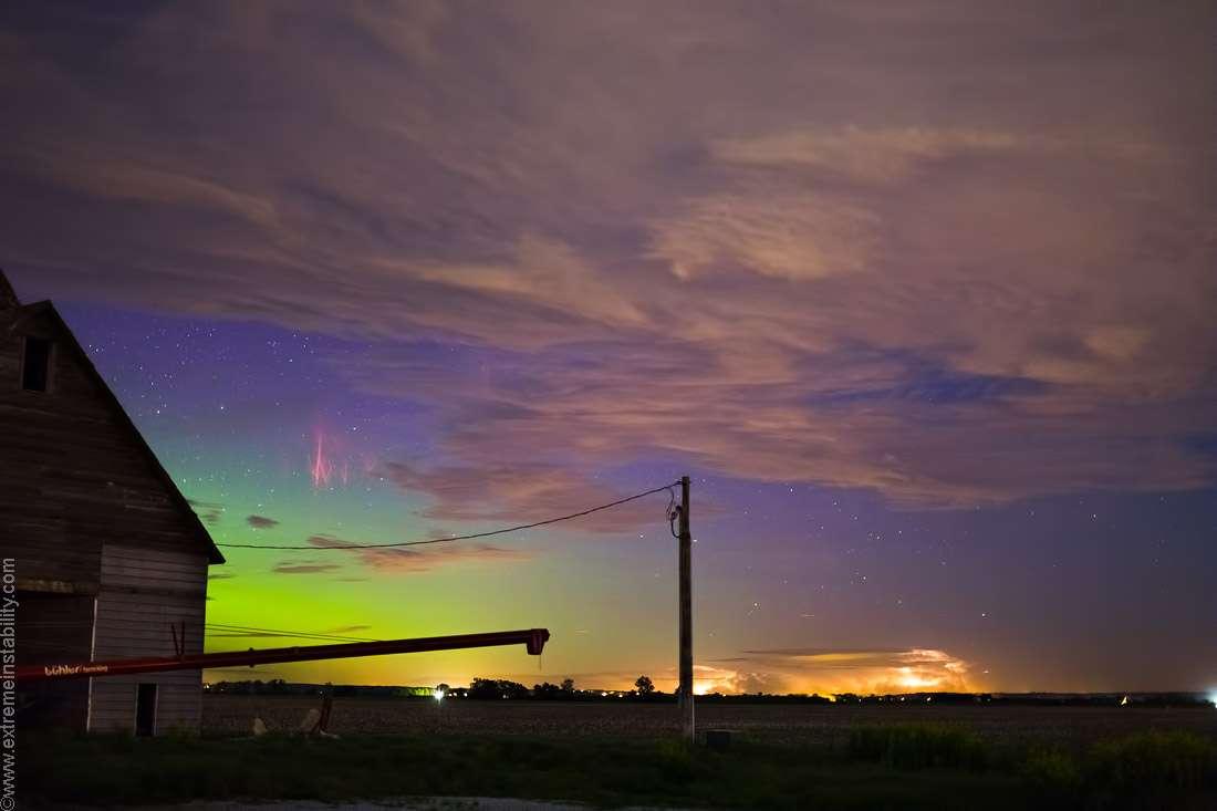 Le 31 mai, depuis l'Iowa, Mike Hollingshead réalisait une superbe photographie. Alors qu'une aurore boréale verte colore la petite partie de ciel dégagé, elle est accompagnée de farfadets sans doute associés aux puissants orages qui se déroulent au loin. © Mike Hollingshead, www.extremeinstability.com