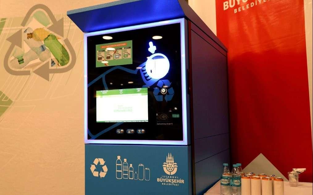 Cette borne de recyclage installée dans le métro d'Istanbul recharge les cartes de transport en échange de bouteilles en plastique et de canettes. © Métropole d'Istanbul