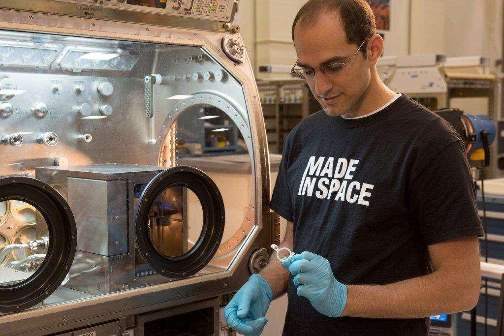Matthew Napoli, responsable de programme au Marshall Space Flight Center de la Nasa, examine une pièce imprimée en 3D. À terme, la Station spatiale internationale pourrait produire ses propres pièces de rechange avec une imprimante 3D capable de fonctionner en apesanteur. © Made in Space