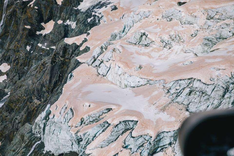 La fumée des incendies australiens colore en rose les glaciers du parc national du Mont Aspiring en Nouvelle-Zélande. © Liz Carlson, Facebook