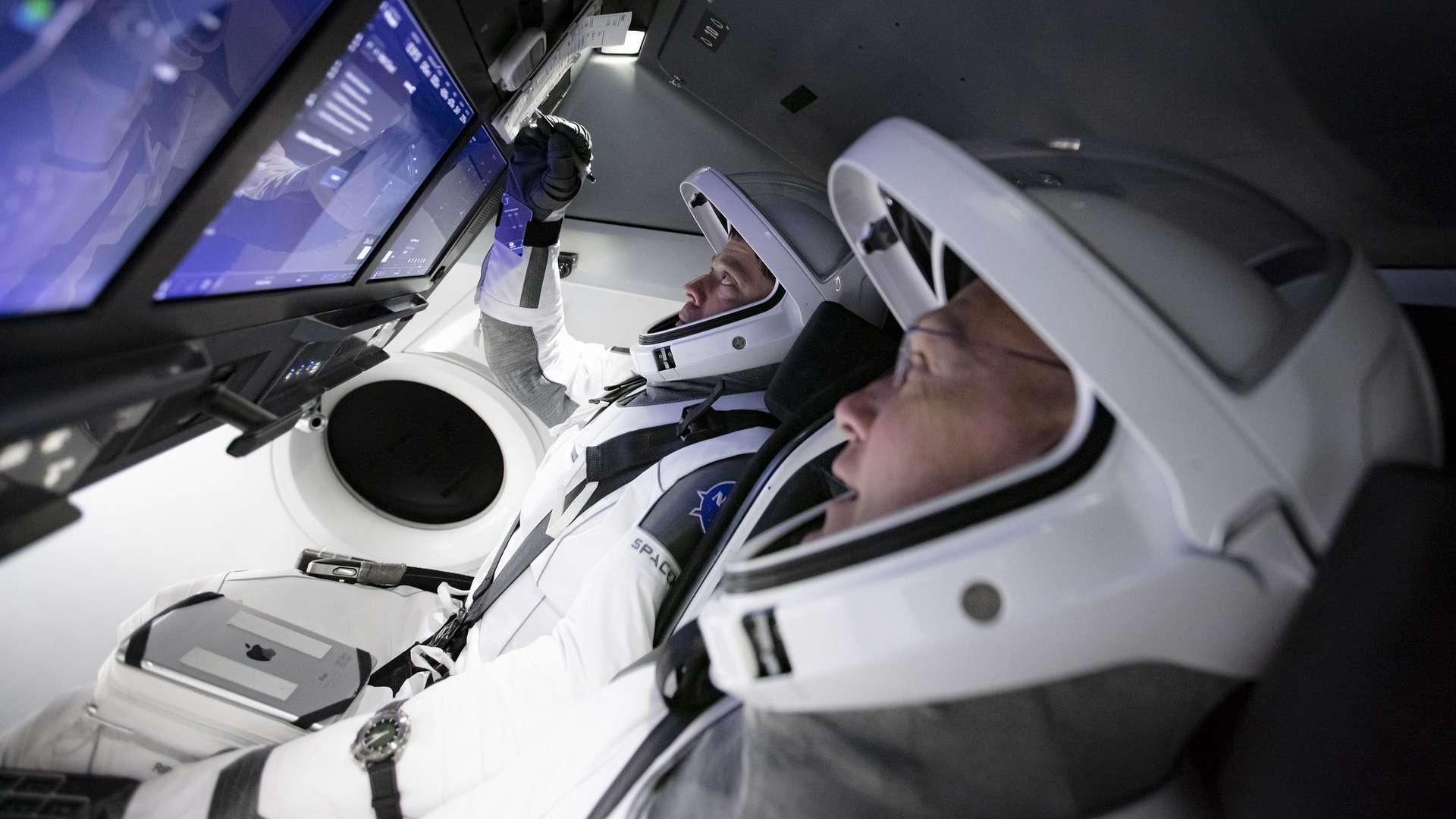 Les astronautes Robert Behnken et Douglas Hurley, premier équipage à voyager à bord du véhicule Crew Dragon de SpaceX. © SpaceX, Nasa
