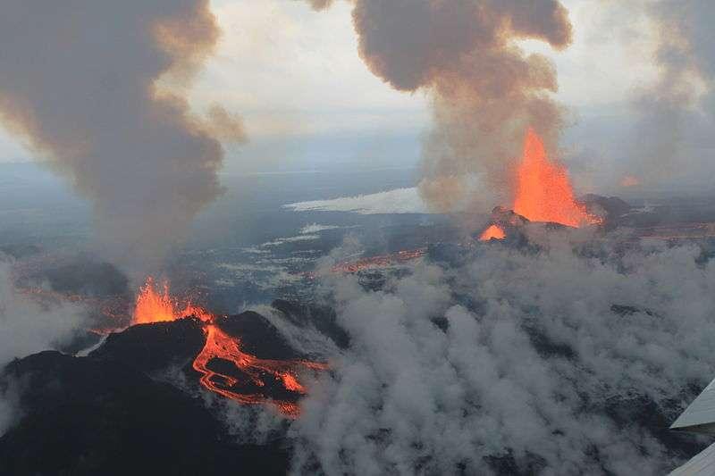 Le dernier séisme en Islande remonte au mardi 26 août 2014. D'une magnitude de 5,7, il est le plus violent dans la région depuis 1996 et a secoué Bárðarbunga, un immense volcan situé sous le plus grand glacier du pays. S'il entrait en éruption, le trafic aérien dans le nord de l'Europe et dans l'Atlantique Nord pourrait être perturbé, comme en 2010, avec l'éruption du massif volcanique Eyjafjöll. © Peter Hartree, Wikimedia Commons, cc by sa 2.0