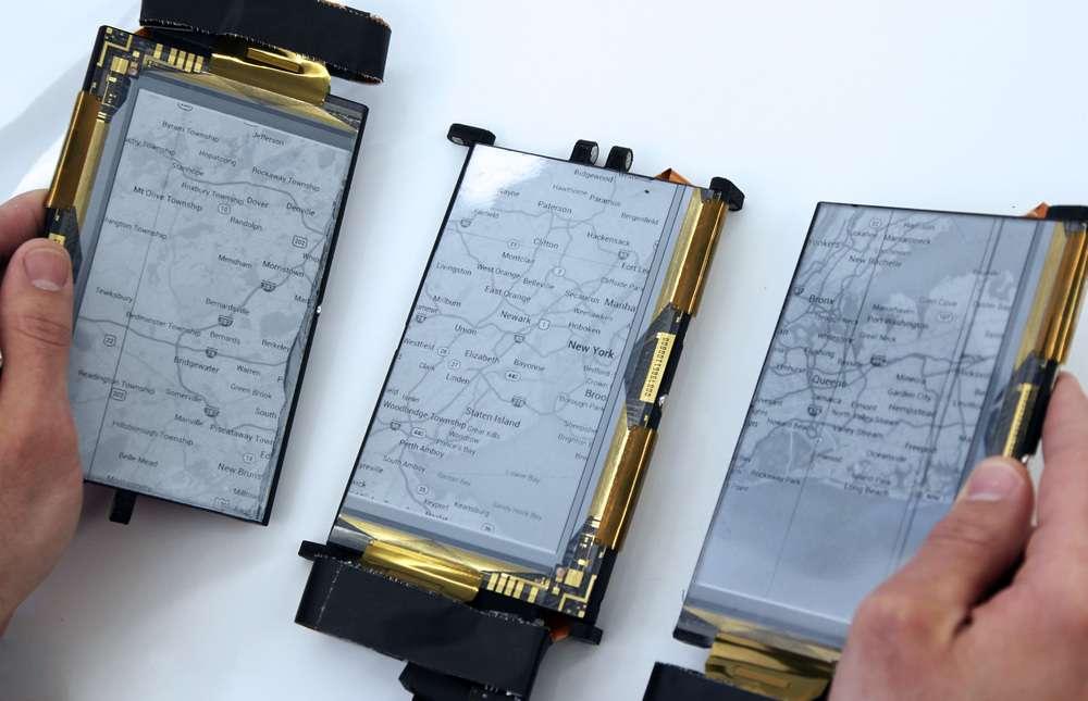 Mis au point par le Human Media Lab de la Queen's University (Canada), PaperFold est un prototype de smartphone composé de trois écrans tactiles E-Ink pliables. Ils sont reliés entre eux par des charnières magnétiques qui détectent l'orientation et adaptent l'affichage en conséquence. © Human Media Lab, Queen's University