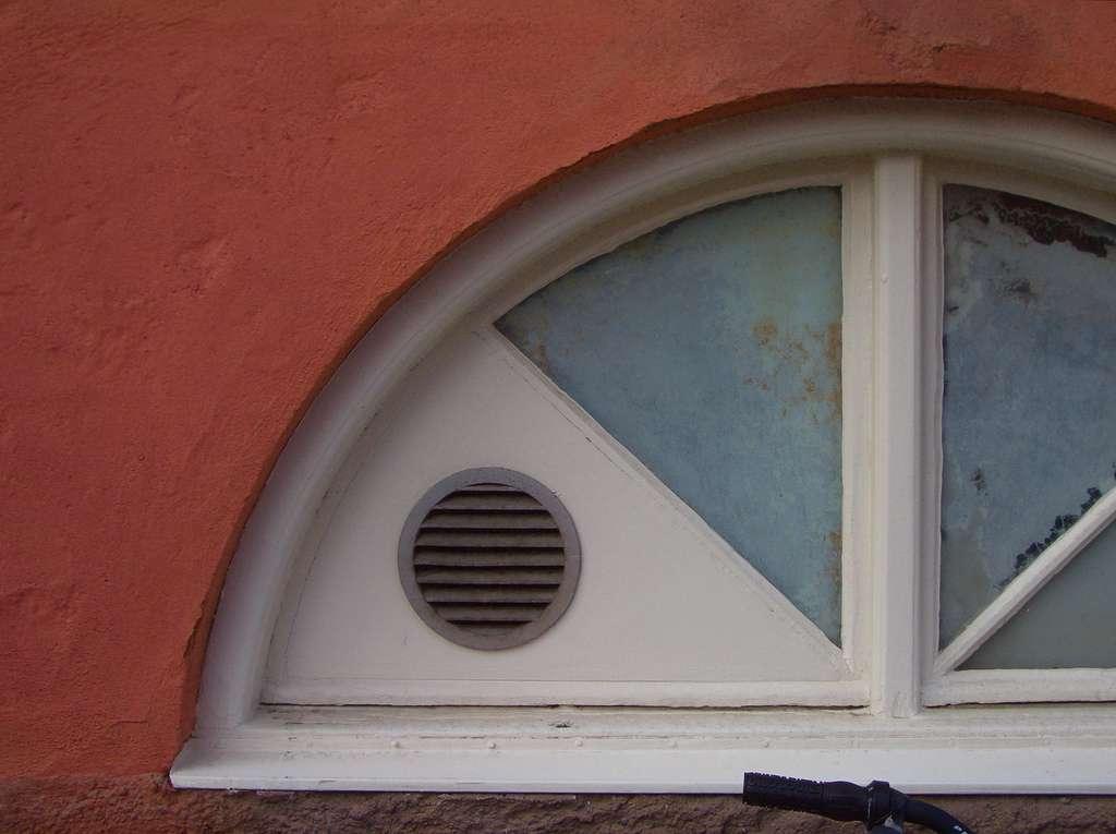 Une aération dans une fenêtre PVC permet d'éviter la condensation. © Brionv, Flickr, CC BY-SA 2.0