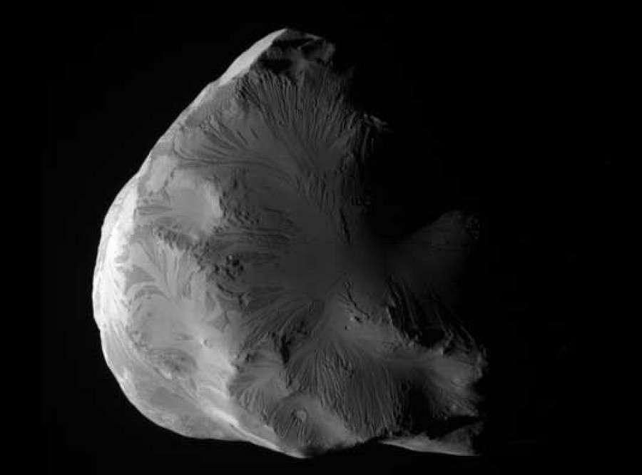 Hélène, le satellite de Saturne photographié par la sonde Cassini le 18 juin 2011. © Nasa/JPL-Caltech/Space Science Institute