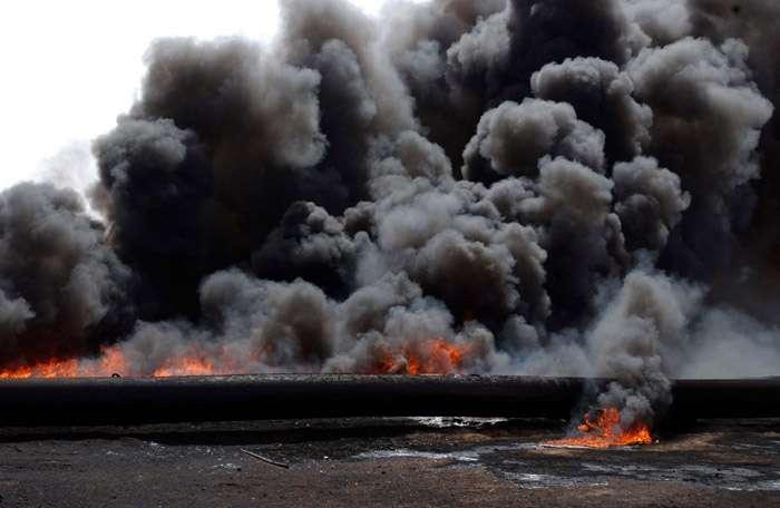 Du pétrole d'un gisement en Irak en train de brûler. Crédit : UK Ministry of Defence