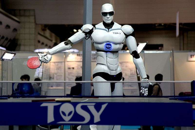 Topio, un robot humanoïde, joue au ping-pong à Tokyo lors du Salon international de robotique en 2009. © Humanrobo, Wikimedia Commons, cc by sa 3.0