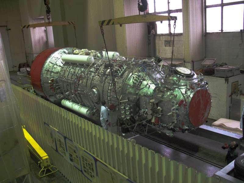 Le laboratoire multifonction russe Nauka doit élargir les possibilités de faire de la science et de la recherche dans le secteur russe de l'ISS. Avec le bras robotique Era de l'Esa, et sa plateforme externe pour exposer des expériences au vide de l'espace, il permettra un grand nombre d'activités scientifiques. Sur cette photo, on distingue la maquette de Nauka à l'échelle 1, permettant de tester différents systèmes avant de les intégrer au modèle de vol. © RKK Energia