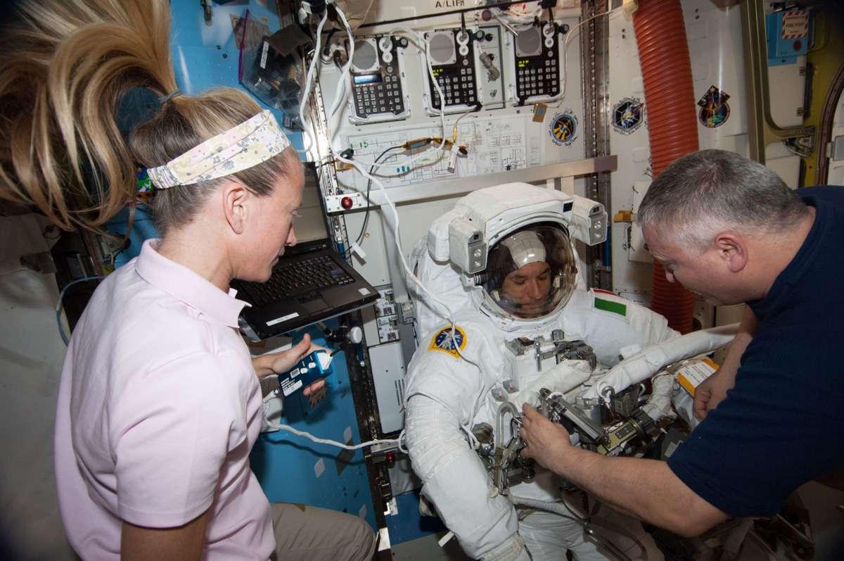 Retrait du casque de l'Italien Luca Parmitano dès son retour précipité à bord de l'ISS après la découverte d'une fuite d'eau. © Nasa