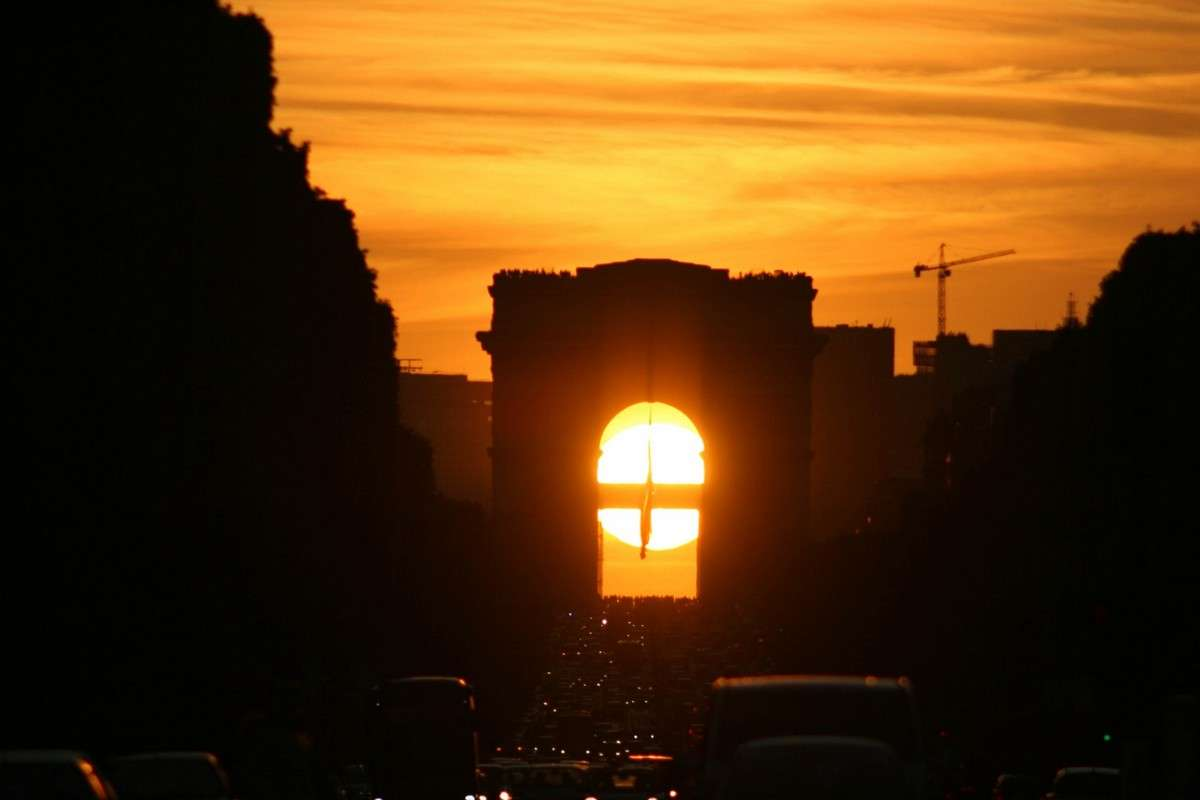Le Soleil se couche sous l'Arc de Triomphe ; image réalisée depuis la place de la Concorde le 8 mai 2009. Crédit J-Y Sardelli