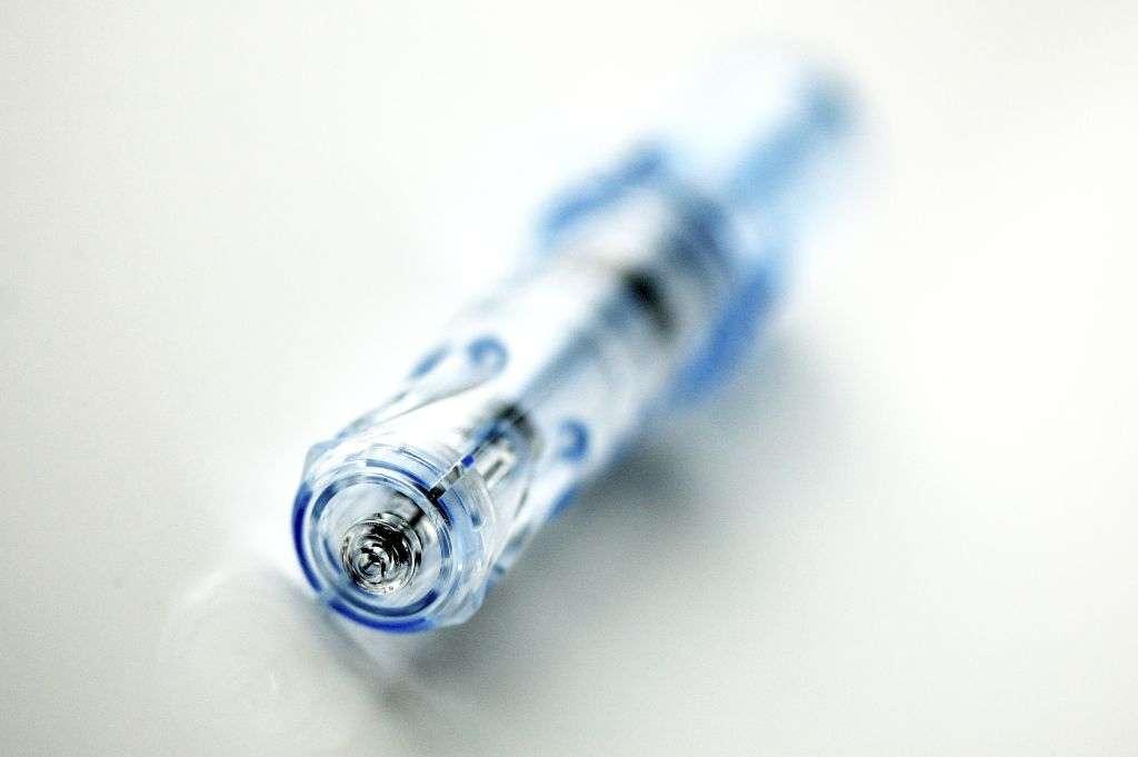Ce vaccin contre la grippe ne serait pas une piqûre classique mais un spray nasal. Ceci permet d'imiter une infection naturelle et provoque une réponse immunitaire plus forte. Or, les Hommes n'ont que très exceptionnellement été confrontés aux virus de type H5 et H9, alors qu'ils sont très courants chez les oiseaux sauvages. Cela signifie qu'en cas de mutation ou de réarrangement les rendant transmissibles d'Homme à Homme, on risquerait une épidémie mondiale. Autant la prévenir si l'on en trouve les moyens. © Sanofi Pasteur, Flickr, cc by nc nd 2.0