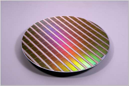 Sur sa galette, le circuit expérimental de mémoire Flash NAND à 64 Gbits par puce… © Samsung