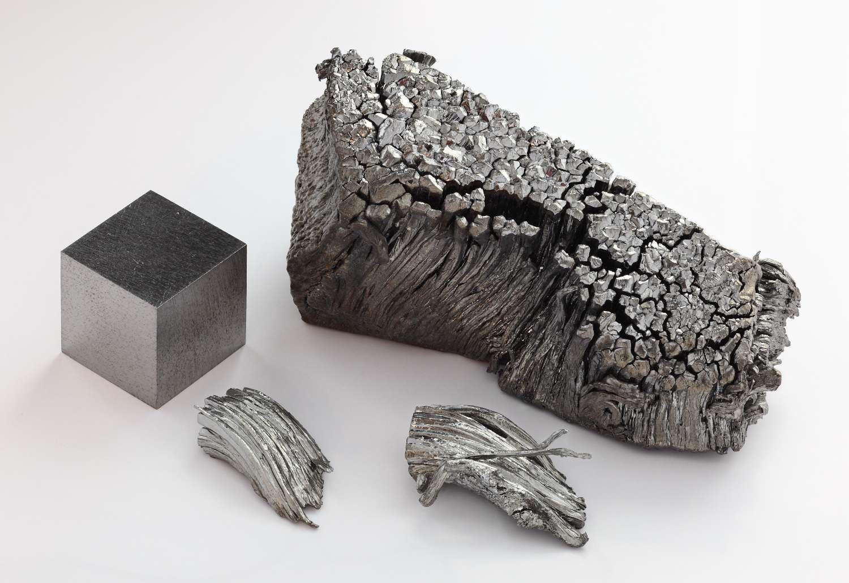 Le thulium fait partie des terres rares. Ici, du thulium sublimé sous une forme dendritique pur à 99,99 % et un cube d'un centimètre d'arête de thulium. © Alchemist-hp Wikimedia Commons, CC by-nc-nd 3.0