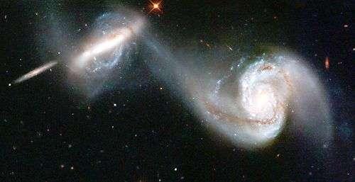Cette image a été traitée afin de mettre en évidence le pont de matière reliant les deux galaxies. Crédit Nasa/Esa, traitement Futura-Sciences.