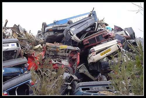 Une casse sauvage de voitures risque de polluer l'environnement, d'engendrer des nuisances de voisinage et d'être source d'accidents. © Simouns CC by-nc-nd 2.0