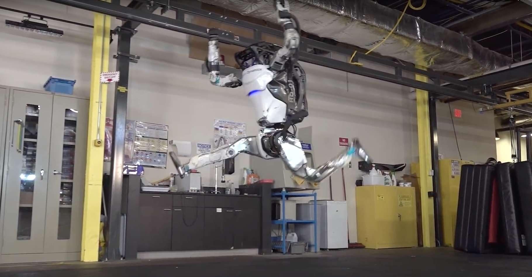 Le robot Atlas de Boston Dynamics est désormais capable d'un enchaînement digne d'un gymnaste. Un enchaînement comportant sauts périlleux, roulades, poiriers et même sauts fendus. © Boston Dynamics, YouTube