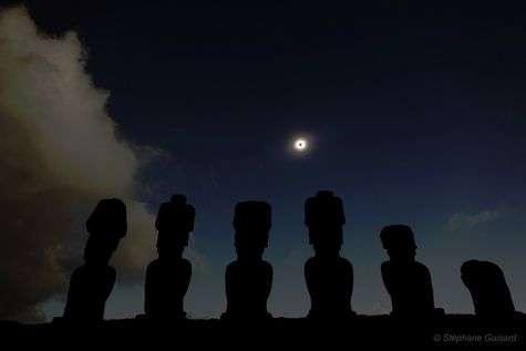 Les monumentales statues de l'île de Pâques regardent l'éclipse totale du 11 juillet 2010. L'ombre lunaire traversa une grande partie du Pacifique. © S. Guisard