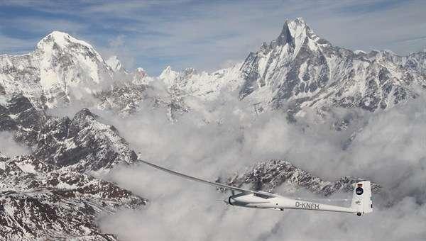 Vu du motoplaneur du DLR, la vallée de la Kali Gandaki, le double sommet du Macha Puchar et, à gauche, le cirque des Annapurna. © DLR, cc by 3.0