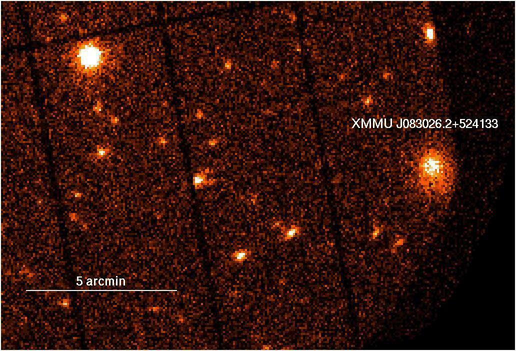 A droite de cette image de routine, prise dans le domaine X par le spectro-imageur Epic de XMM Newton, apparaît un objet étonnamment brillant. © ESA XMM-Newton/EPIC/G. Lamer