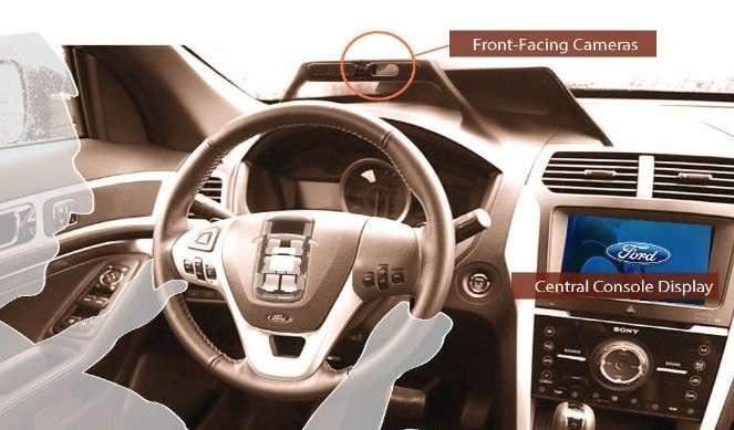 Dans l'étude de Ford et d'Intel, un véhicule a été équipé de plusieurs caméras, dont une placée sur le tableau de bord (front facing cameras). Lorsque quelqu'un prend place derrière le volant, le système cherche à l'identifier. Les réglages prédéfinis pour cette personne sont activés, tels que la position de conduite, l'itinéraire vers un rendez-vous ou sa musique préférée. © Ford, Intel