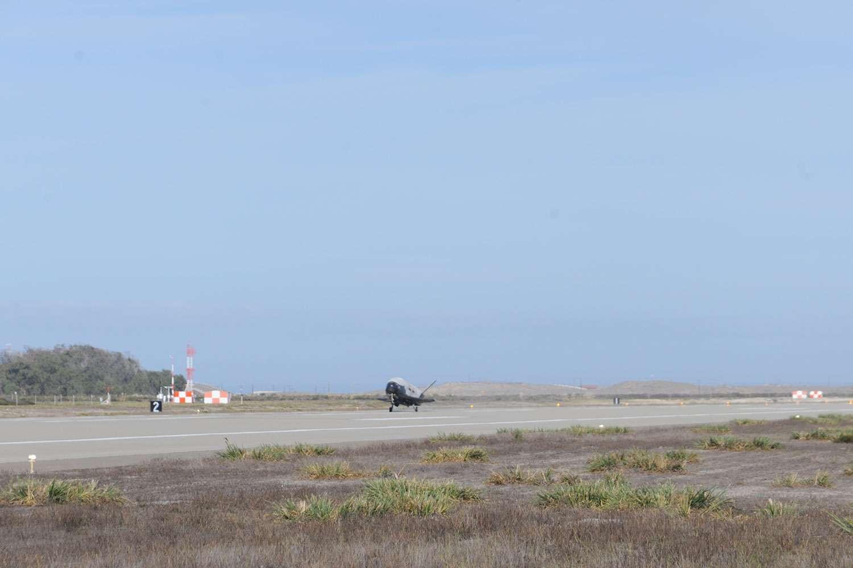 Atterrissage du X-37B sur une des pistes de la base de Vandenberg de l'US Air Force. © Boeing