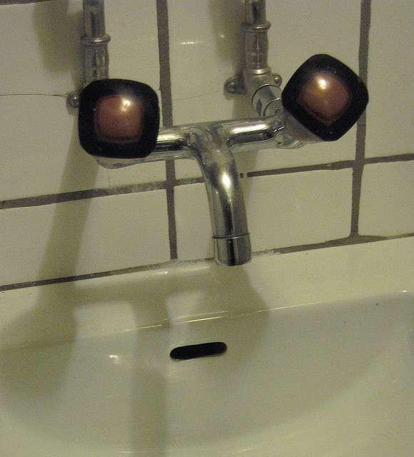 Changer un joint usé n'est pas si compliqué ! Dévissez la tête du robinet pour atteindre le joint d'étanchéité. © Nadya Peek, Flickr, cc by 2.0