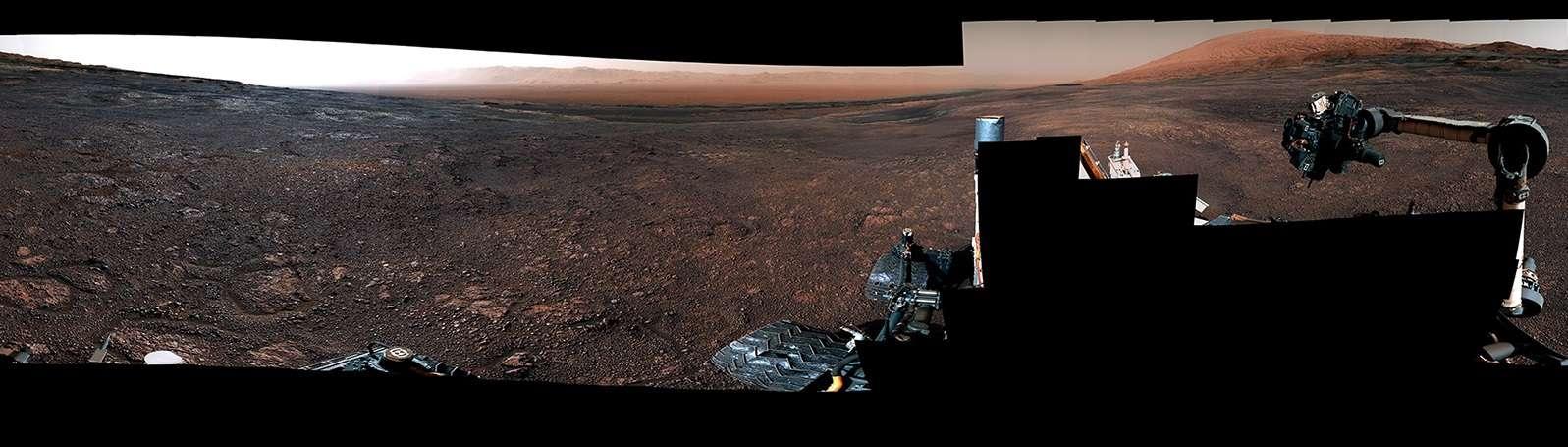 Panorama de Mars vu par Curiosity le 19 décembre 2018, qui explore le cratère Gale depuis 2012 et grimpe le Mont Sharp en son centre depuis 2014. © Nasa/JPL-Caltech/MSSS