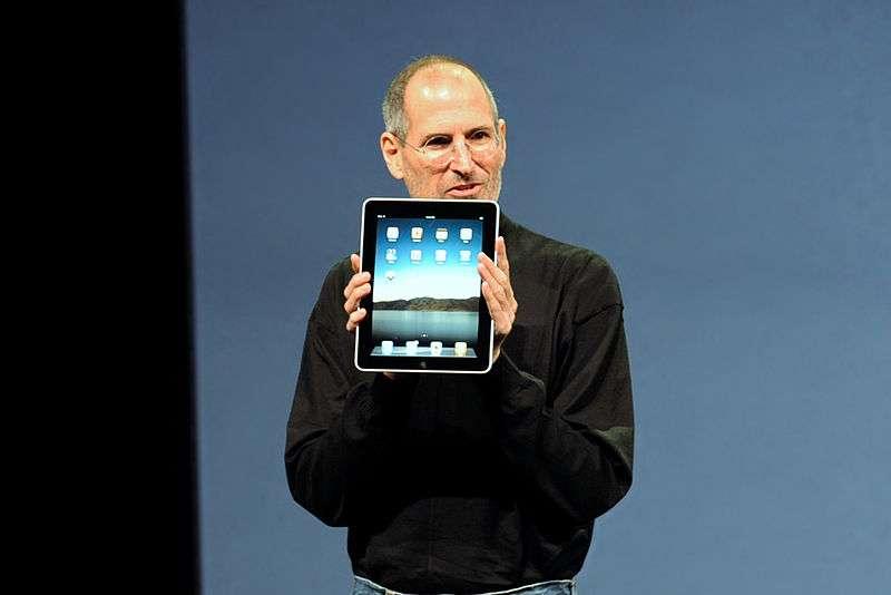 Steve Jobs présente le premier iPad à San Francisco le 27 janvier 2010. Le concept de tablette, c'est-à-dire d'assistant personnel facile à utiliser et regroupant des informations personnelles et des moyens de télécommunication, remonte à plusieurs décennies. © William Avery/Wikimedia Commons