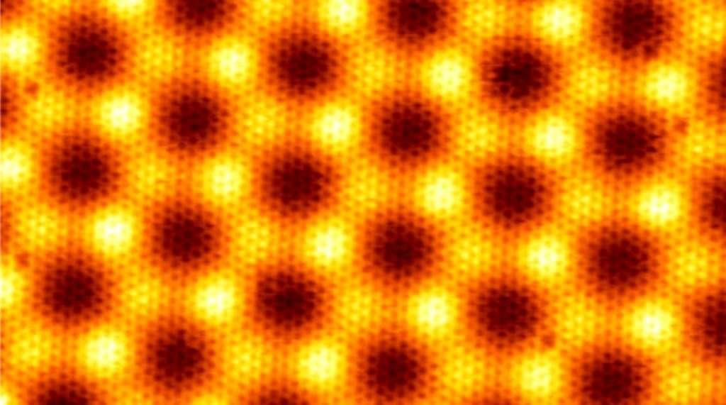 Cette image en fausses couleurs saisie avec un microscope à effet tunnel montre la structure en nid d'abeille du graphène. Il s'agit d'un feuillet cristallin composé d'atomes de carbone formant un réseau hexagonal. C'est cette structure en 2D qui dote le graphène de propriétés remarquables. © ESRF
