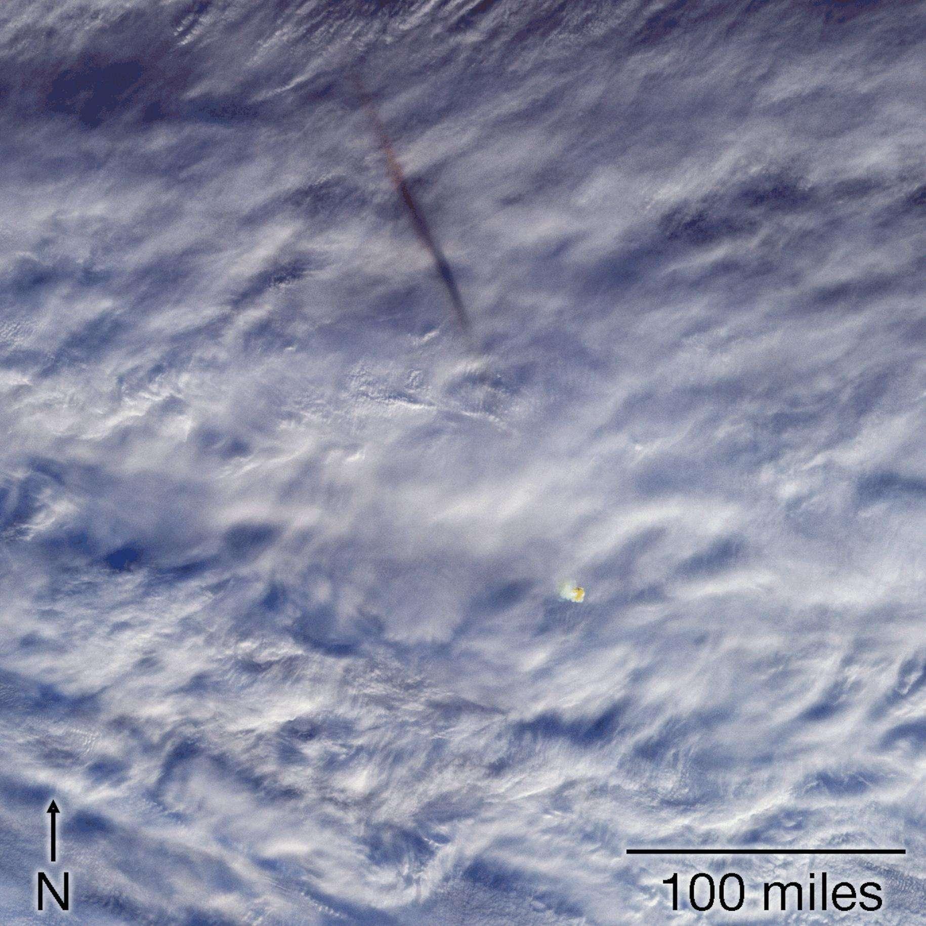 La fumée et un nuage d'air surchauffé laissées par le passage de la météorite de la mer de Béring, vues à 23 h 55 GMT le 18 décembre 2018, quelques minutes après son explosion, par les caméras MISR du satellite Terra de la Nasa. © Nasa/GSFC/LaRC/JPL-Caltech, MISR Team