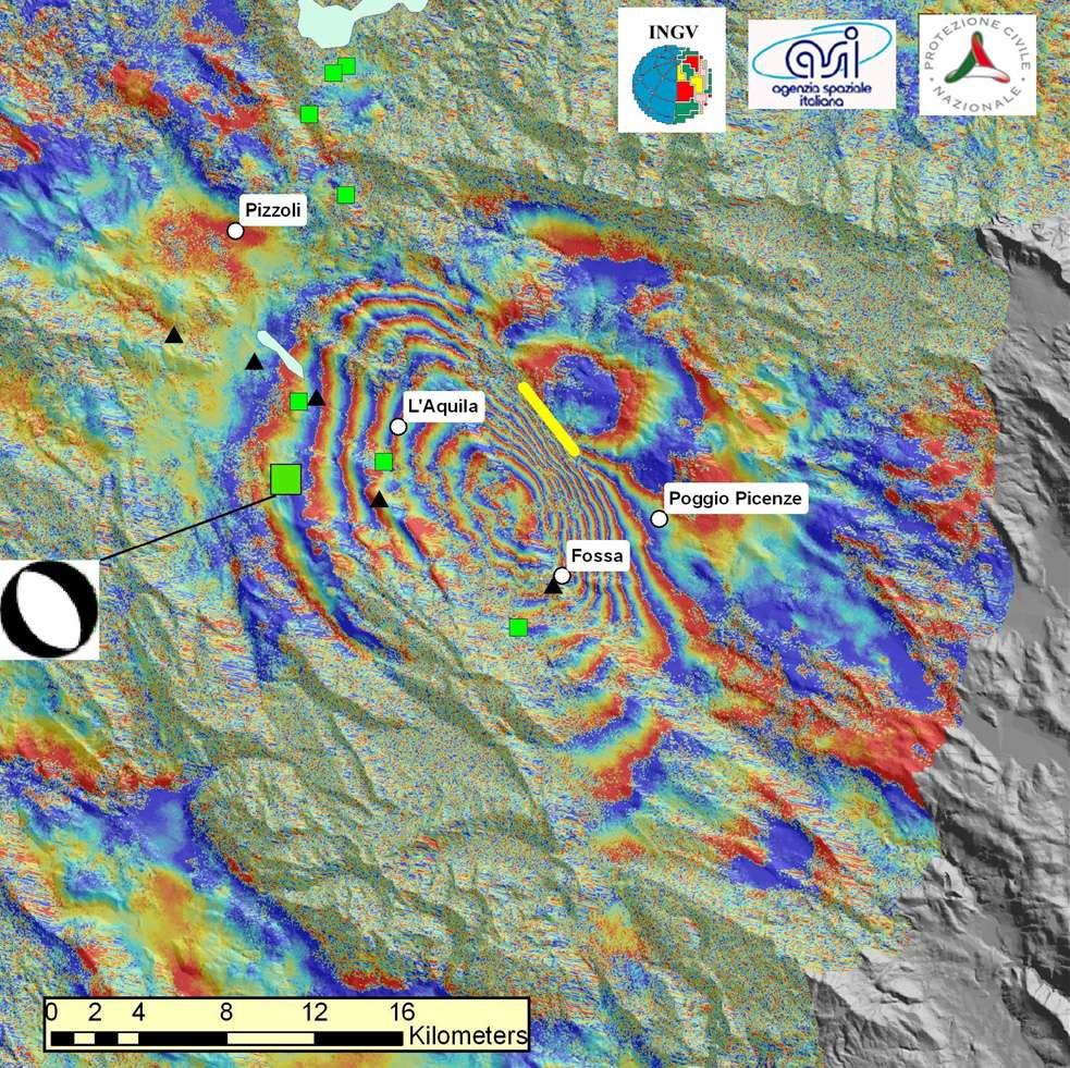 Sur cette carte, les triangles noirs représentent les stations GPS utilisées pour valider les déductions obtenues par InSAR et la taille des carrés verts la magnitude sismique des séismes. Le plus gros indique une valeur de 6,3 MW. Crédit : INGV
